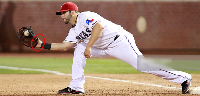 Rangers' Mitch Moreland shows palm
